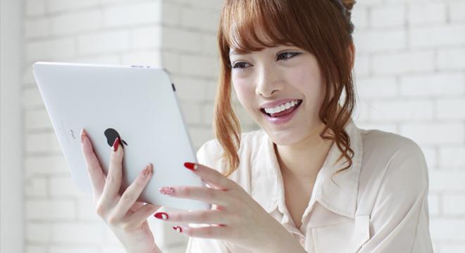WEBサイトを見る女性